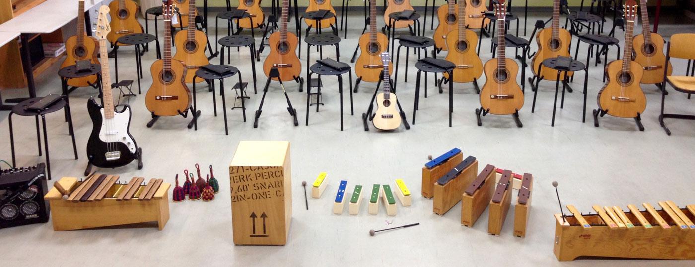 Auswahl von Instrumenten beim Klassenmusizieren mit Gitarren