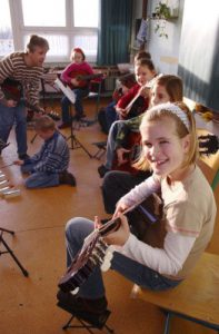 Gitarrenklang im Klassenraum
